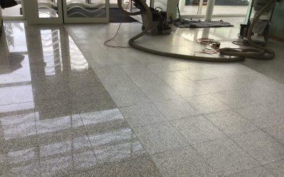 Béton bouchardé et dépolissage d'un granite